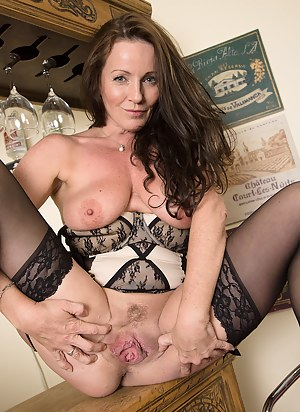 Free MILF Spreading Porn Galleries